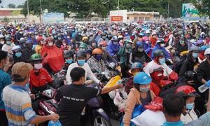 4 đoàn công nhân Đồng Nai chạy xe máy về quê