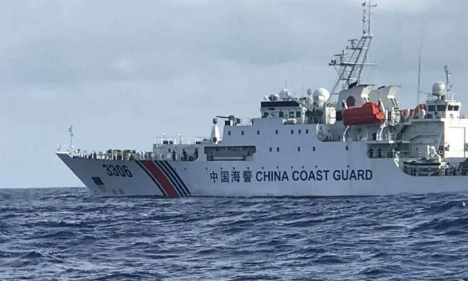 Tàu hải cảnh Trung Quốc hoạt động gần bãi cạn Lucoinia tháng 4/2019. Ảnh: Borneo Post.