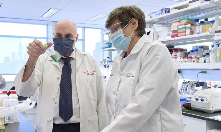 Nhà nghiên cứu Drew Weissman và Katalin Kariko làm việc trong phòng thí nghiệm. Ảnh: Penn Medicine