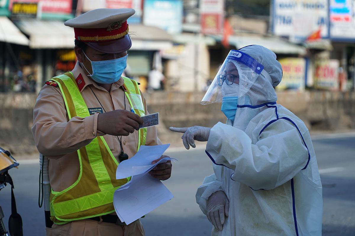 CSGT tại chốt kiểm soát Covid-19 trên quốc lộ 51 kiểm tra giấy tờ người vào tỉnh Bà Rịa - Vũng Tàu, đầu tháng 9. Ảnh: Trường Hà