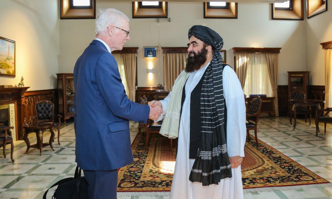 Simon Gass, đại diện cấp cao của Thủ tướng Anh tại Afghanistan, bắt tay Ngoại trưởng chính quyền lâm thời Afghanistan Amir Khan Muttaqi tại Kabul hôm nay. Ảnh: Reuters.