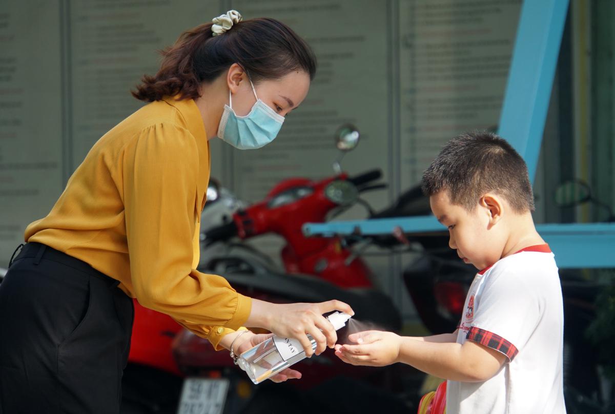 Học sinh trường Mầm non Hoa Phượng Đỏ, quận Gò Vấp trở lại trường hồi tháng 5/2020 sau ba tháng nghỉ học phòng dịch. Ảnh: Mạnh Tùng