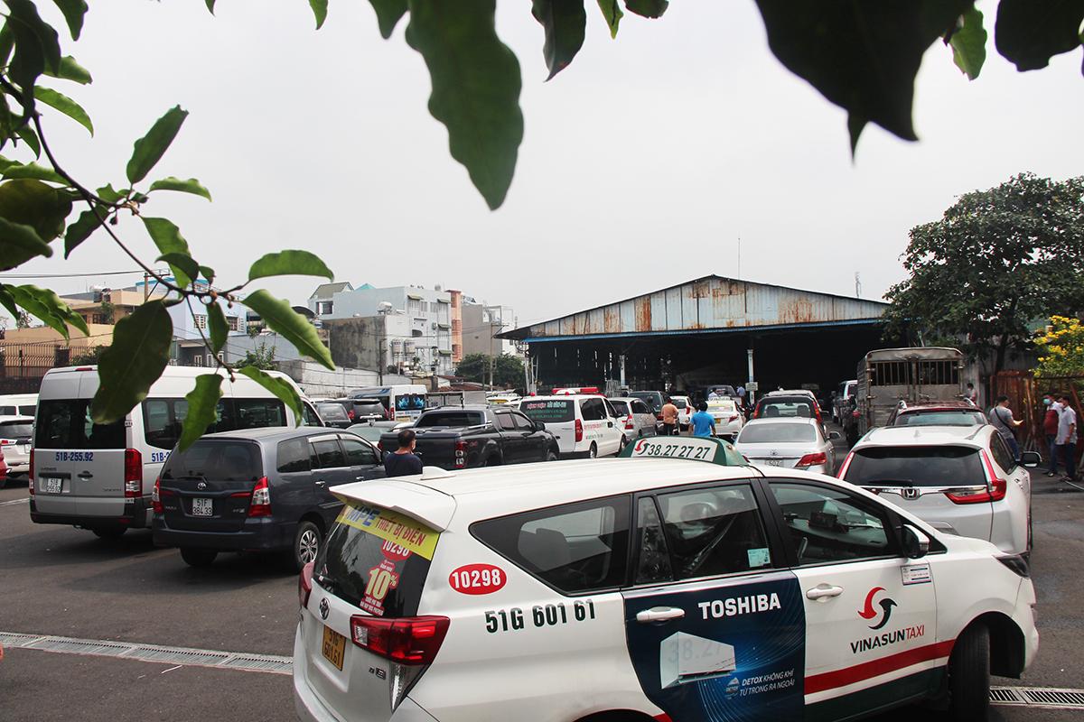 Ôtô nối đuôi nhau chờ vào đăng kiểm tại trung tâm 5003S.