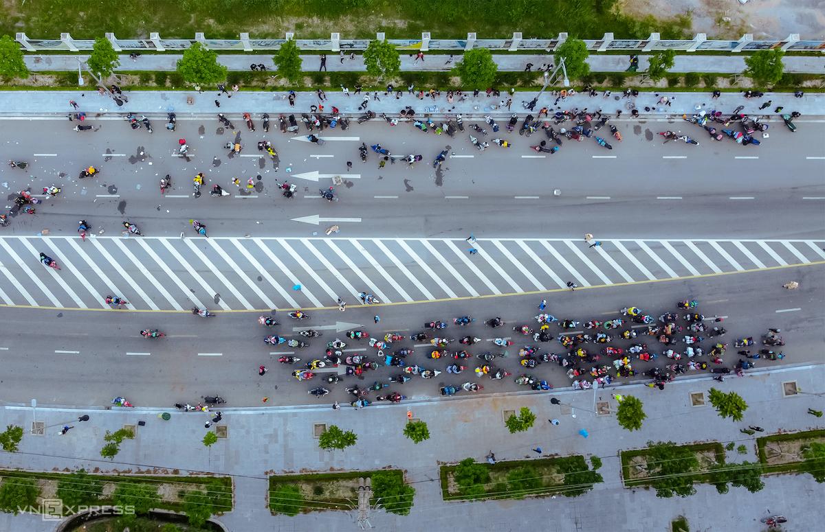 Đoàn người lao động về đến Nghệ An. Ảnh: Nguyễn Hải