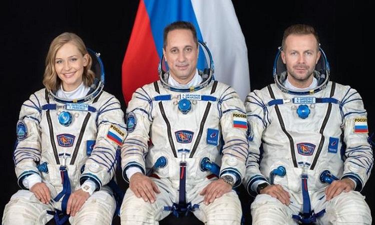 Phi hành đoàn tàu Soyuz MS-19 gồm nữ diễn viên Yulia Peresild, nhà du hành vũ trụ Anton Shkaplerov và đạo diễn Klim Shipenko. Ảnh: NASA