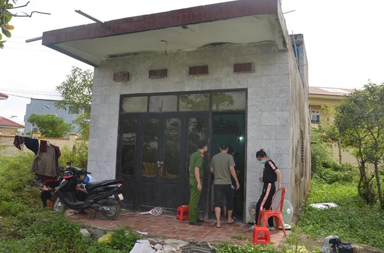 Cảnh sát khám căn nhà mà nhóm tội phạm cất tang vật. Ảnh: Công an