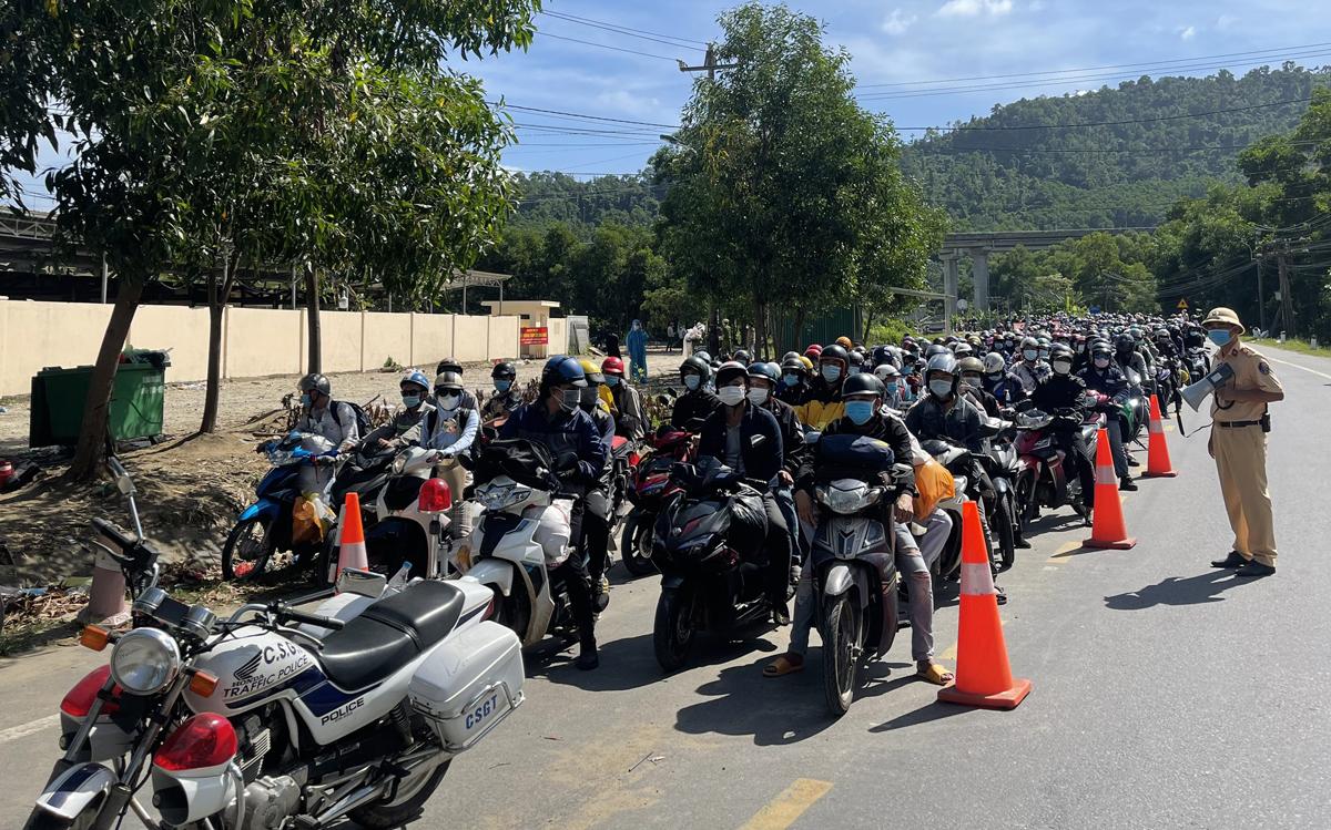 Người dân từ TP HCM và các tỉnh phía Nam về quê, dừng xe ở Thừa Thiên Huế để cảnh sát dẫn đoàn, ngày 4/10. Ảnh: Võ Thạnh
