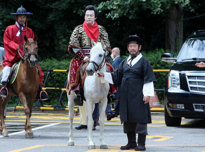 Heo mặc áp giáp thời chiến, cưỡi ngựa trắng, tới vận động tranh cử tại thành phố Goyang ngày 18/8. Ảnh: News Directory