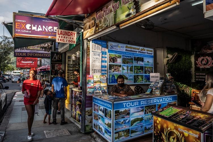 Các gian hàng mở cửa trên một con đường ở thị trấn Patong, Phuket. Ảnh: NYTimes.