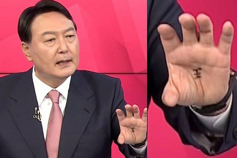 Cựu tổng công tố Yoon Seok-youl, ứng viên tổng thống đảng Quyền lực Nhân dân (PPP) Hàn Quốc, trong cuộc tranh luận trên truyền hình cuối tuần qua. Ảnh chụp màn hình YouTube.