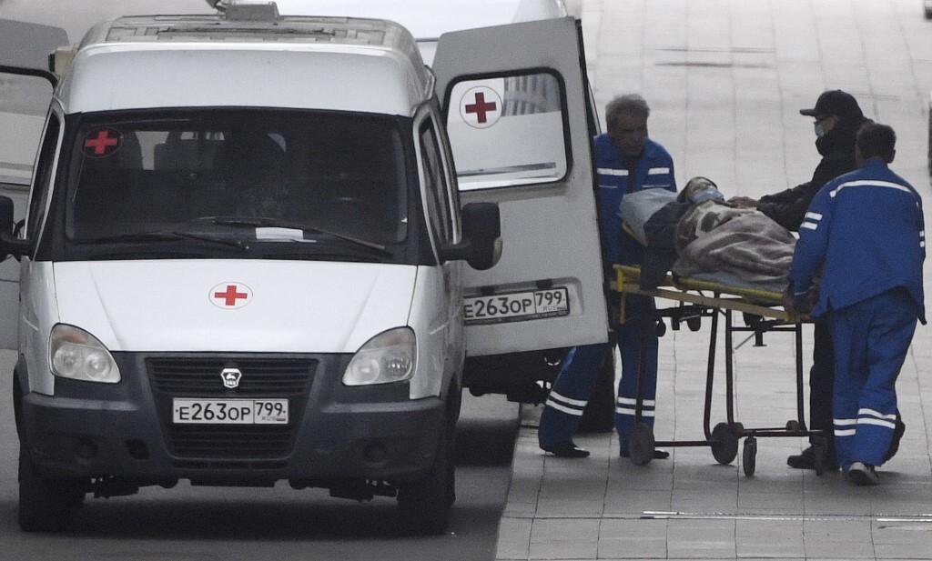 Nhân viên y tế di chuyển bệnh nhân Covid-19 tại Bệnh viện Kommunarka, cạnh thủ đô Moskva, Nga hôm 5/10. Ảnh: AFP.