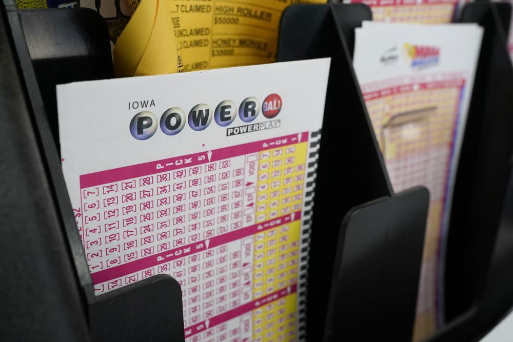 Các tấm vé số Powerball tại một tiệm tạp hóa ở Des Moines, Iowa, Mỹ, hôm 12/1. Ảnh: AP.