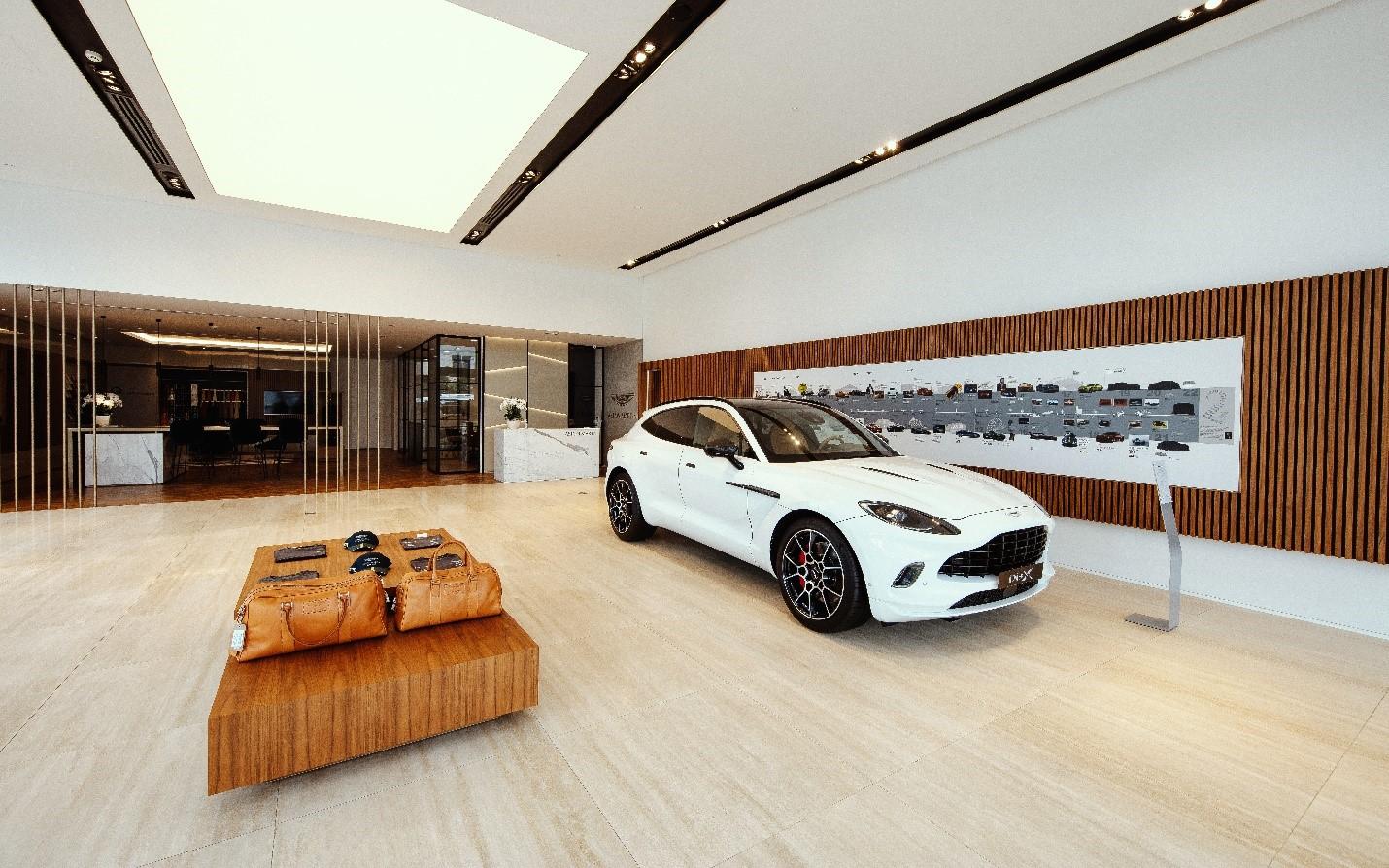 Aston Martin DBX trưng bày tại showroom mới.