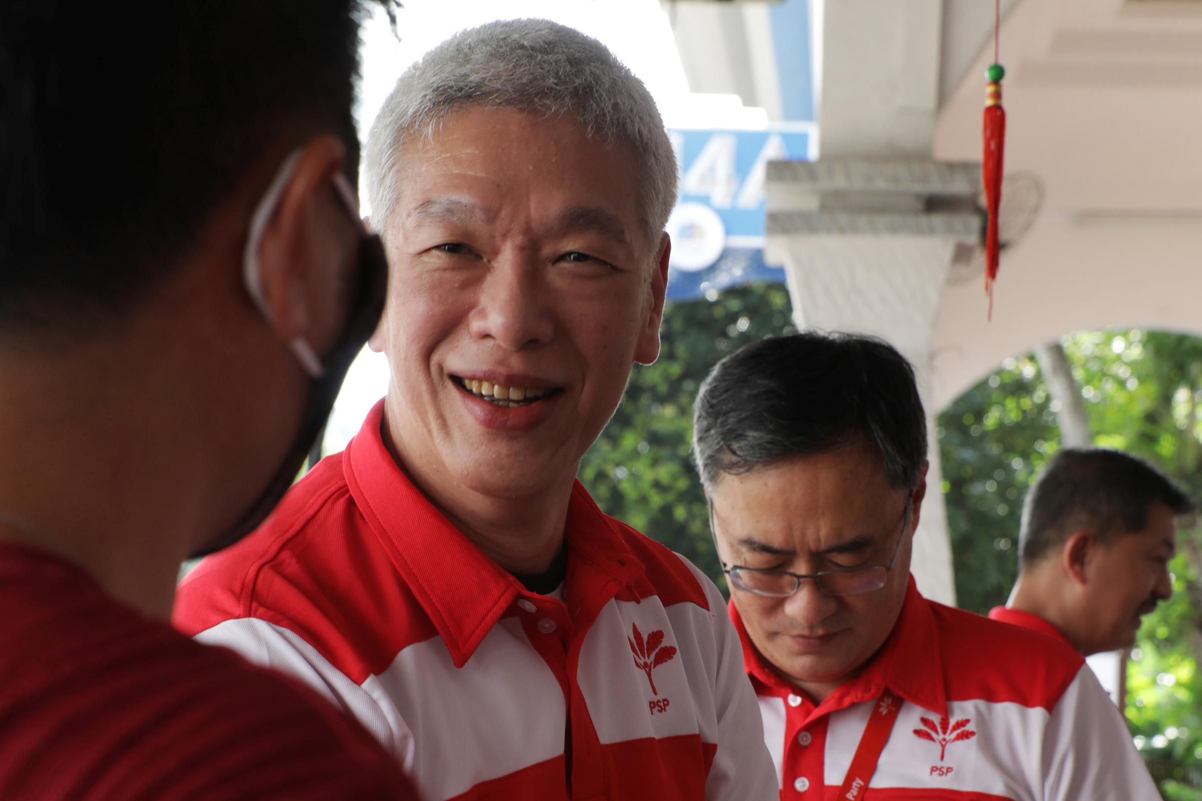 Lý Hiển Dương, em trai Thủ tướng Singapore Lý Hiển Long, gặp người dân trong cuộc vận động tranh cử năm ngoái. Ảnh: Reuters.