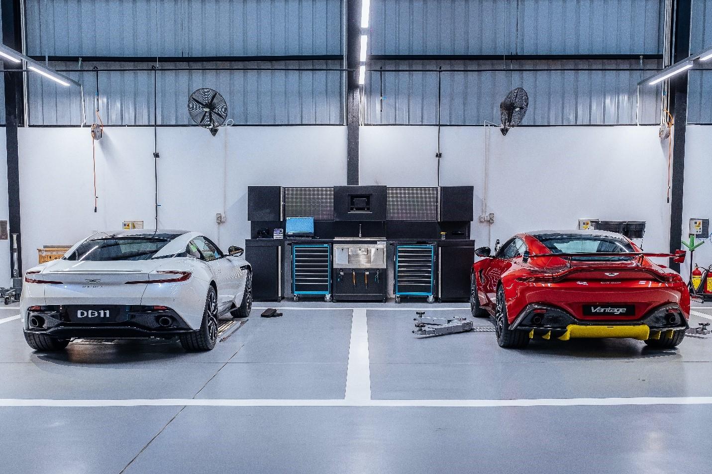 Hai mẫu xe Aston Martin trong xưởng dịch vụ chính hãng.