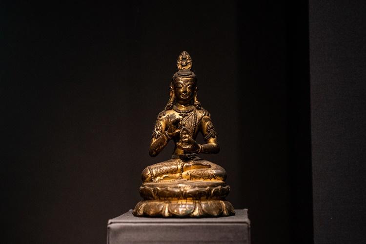 Một bức tượng Bồ tát từ thế kỷ XII do Latchford tặng được trưng bày tại Bảo tàng Nghệ thuật Metropolitan hồi tháng 5. Ảnh: Washington Post.
