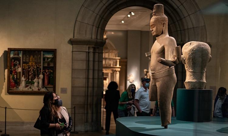 Bức tượng Avalokiteshvara từ thế kỷ XII, từng thuộc sở hữu của Douglas Latchford, được trưng bày tại Bảo tàng Nghệ thuật Metropolitan ở New York, Mỹ, hồi tháng 5. Ảnh: Washington Post.