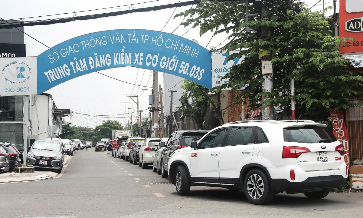 Ôtô xếp hàng chờ vào đăng kiểm tại một trung tâm ở TP Thủ Đức. Ảnh: Phạm Trung