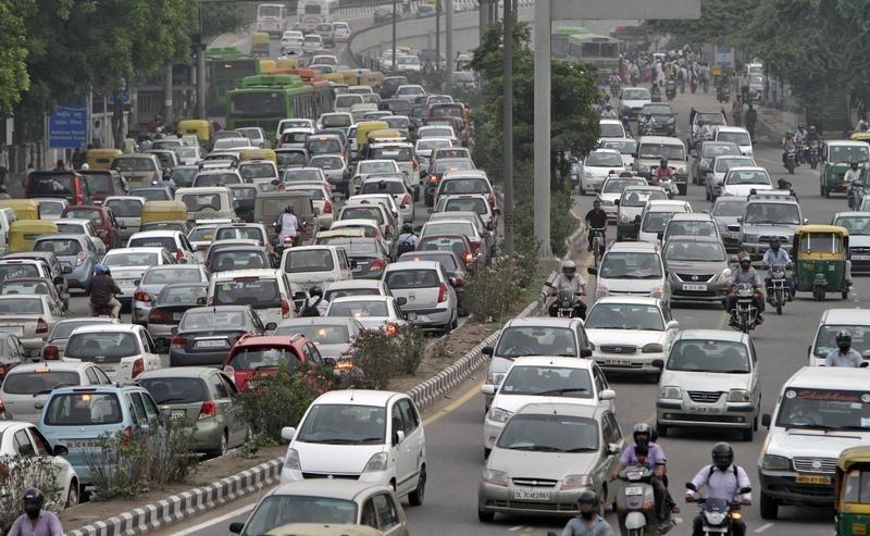 Giao thông đông đúc trên đường phố thủ đô New Delhi, Ấn Độ, năm 2012. Ảnh: Reuters