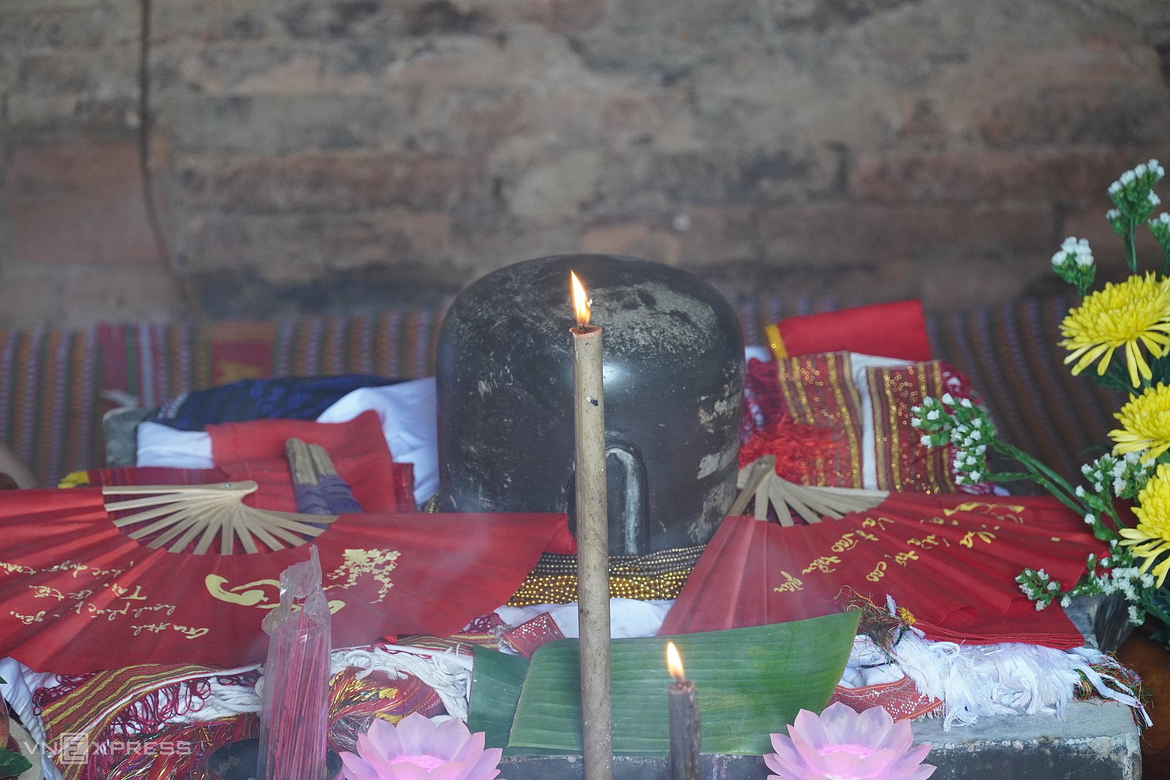 Lễ cúng Katê được tiến hành trước bệ thờ Linga - Yoni trong tháp chính. Ảnh: Việt Quốc
