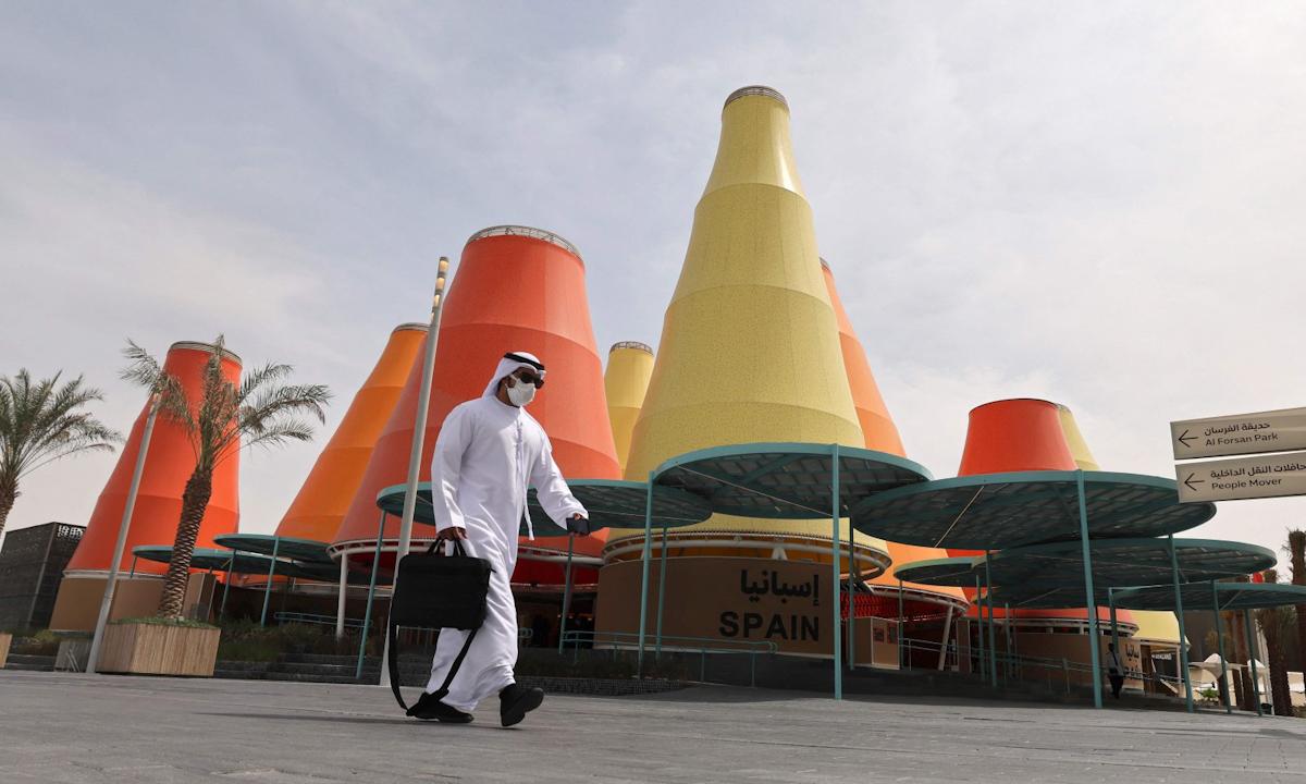 Du khách đi bên ngoài khu triển lãm Expo 2020 ở Dubai, UAE hôm 3/10. Ảnh: AFP.