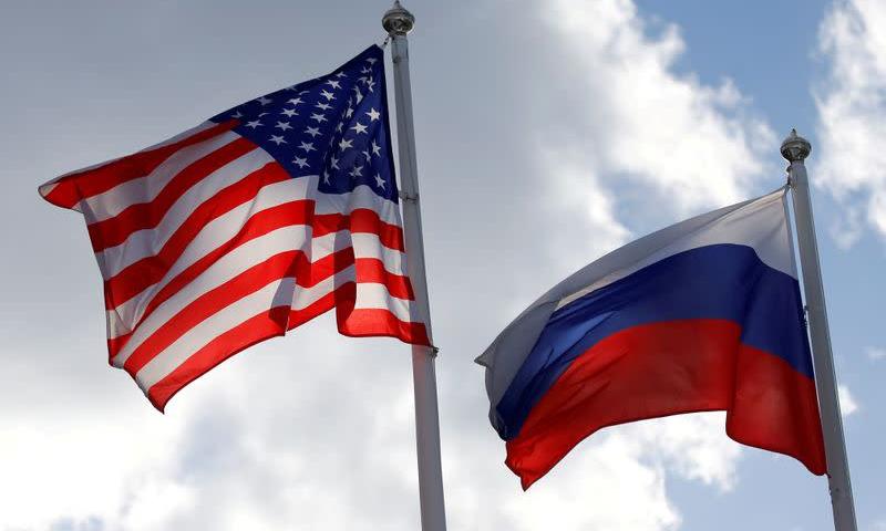 Quốc kỳ Nga và Mỹ tại Vsevolozhsk, Nga, hồi tháng 3/2019. Ảnh: Reuters.