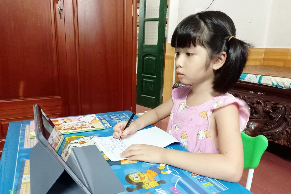 Con gái chị Lê Thị Thuý Liễu học online tại nhà người thân ở Hà Nam. Ảnh: Phụ huynh cung cấp