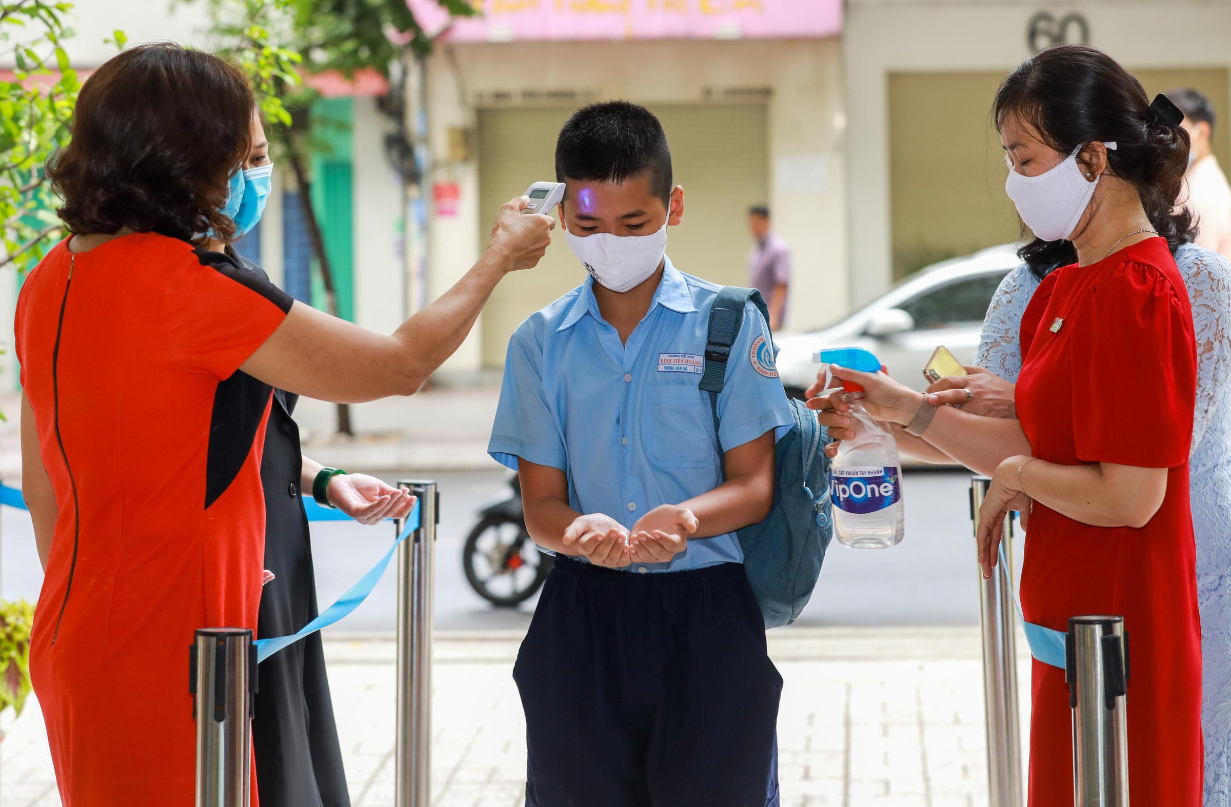 Học sinh trường Tiểu học Đinh Tiên Hoàng (quận 1) đến trường học sau hơn ba tháng nghỉ vì Covid-19, tháng 5/2020. Ảnh: Quỳnh Trần
