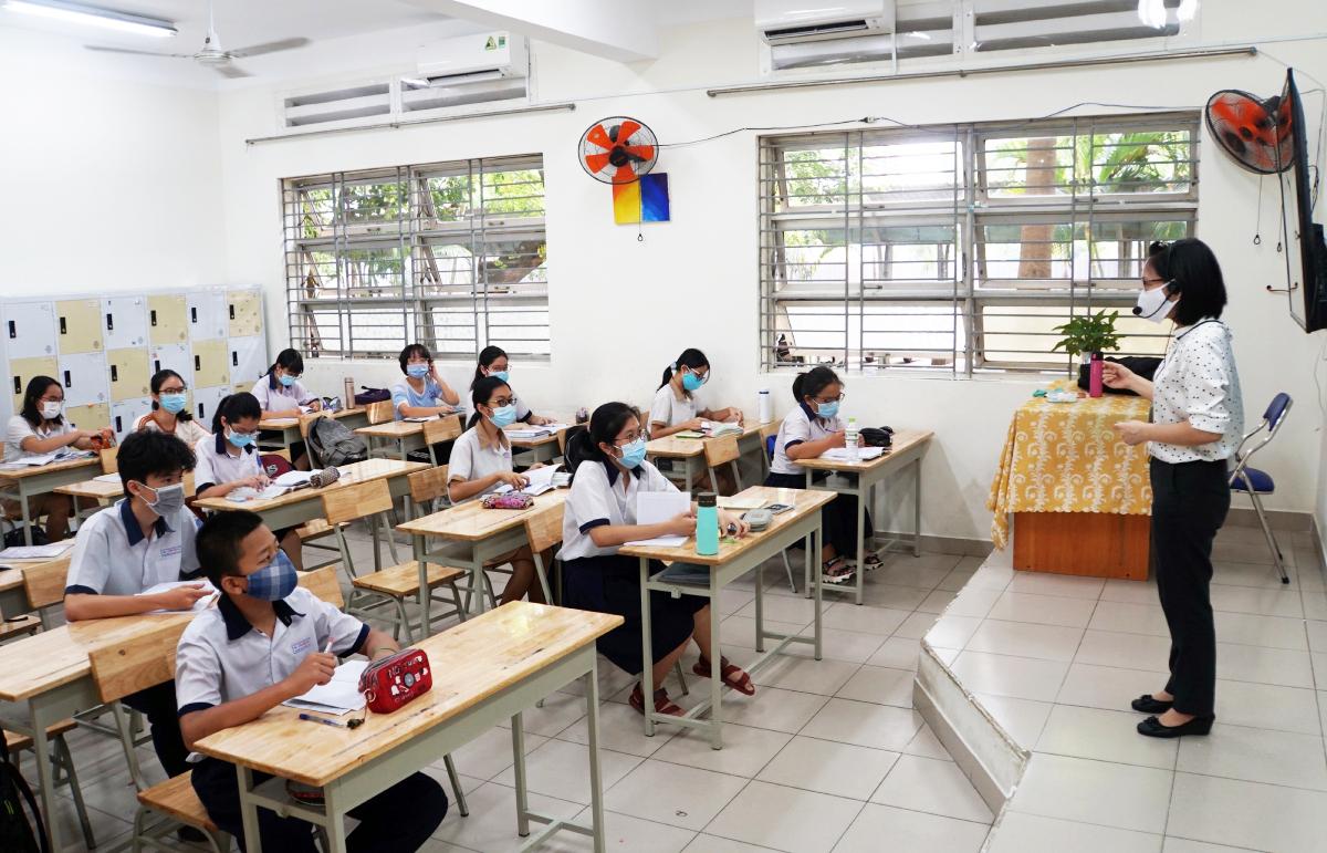 Lớp học tại trường THCS Lương Định Của, TP Thủ Đức được chia đôi hồi tháng 4/2021. Cô giáo cùng lúc dạy hai nhóm được bố trí tại các phòng học sát nhau. Ảnh: Mạnh Tùng