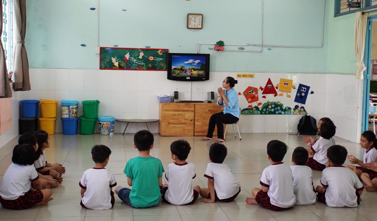 Một tiết học của trẻ ở trường Mầm non Hoa Phượng Đỏ, quần Gò Vấp. Nhiều trường mầm non khó đạt tiêu chí khoảng cách an toàn một mét. Ảnh: Mạnh Tùng