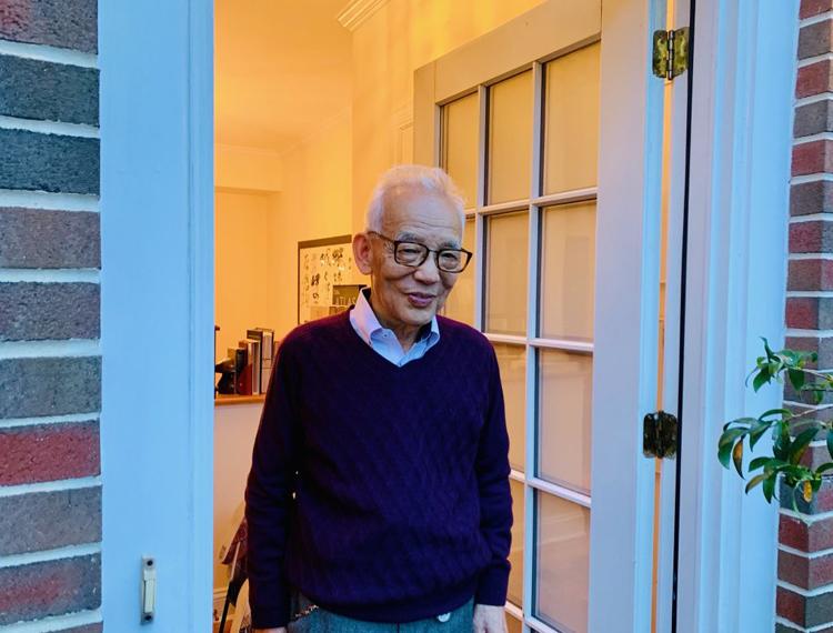 GS Syukuro Manabe bước ra ngoài để gặp gỡ báo chí sau khi biết mình giành giải Nobel Vật lý năm 2021. Ảnh: Princeton University