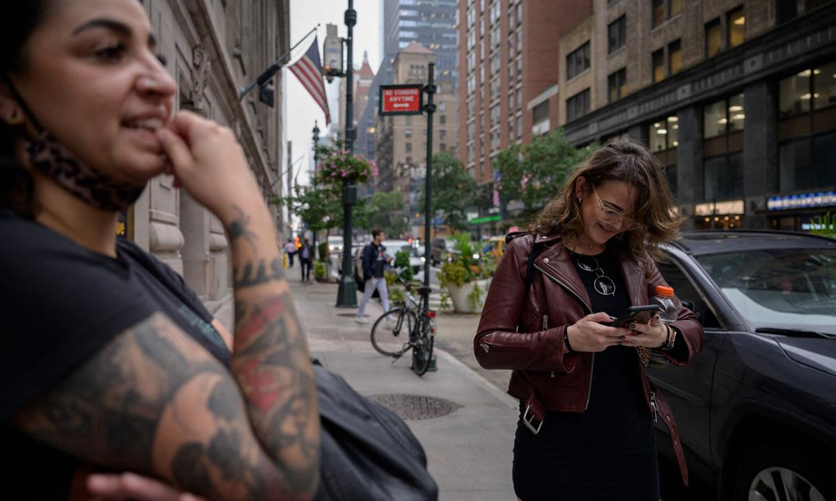Người phụ nữ kiểm tra tài khoản Instagram ở thành phố New York, Mỹ hôm 4/10. Ảnh: AFP.