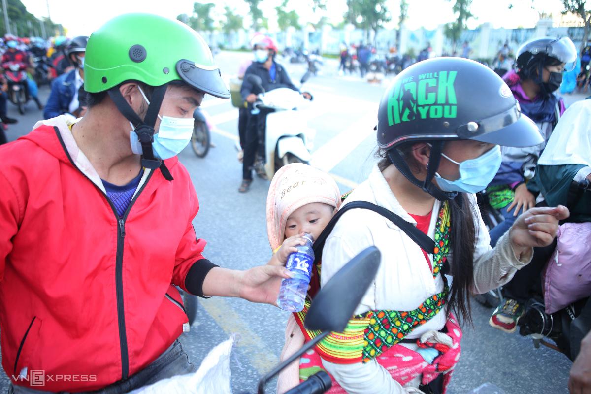 Người dân chạy xe máy từ các tỉnh, thành phía Nam về quê, qua TP Vinh, Nghệ An, ngày 5/10. Ảnh: Nguyễn Hải