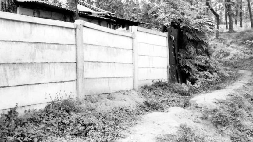 Yoon, với chứng bại liệt, bị cáo buộc trèo qua bức tường bao ngoài nhà nạn nhân, cao hơn 3 m. Ảnh: CNA