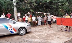Lập chốt chặn xe chở cám vào trại lợn