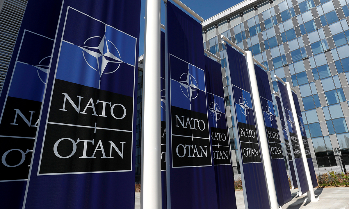 Áp phích bên ngoài trụ sở NATO tại thủ đô Brussels của Bỉ ngày 19/4. Ảnh: Reuters.