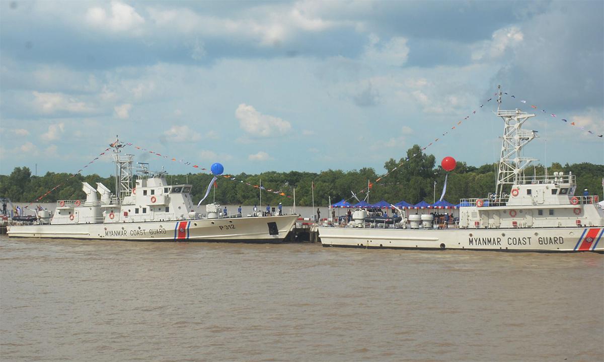 Hai tàu cảnh sát biển Myanmar trong lễ thành lập lực lượng ở thành phố Yangon ngày 6/10. Ảnh: GNLM.