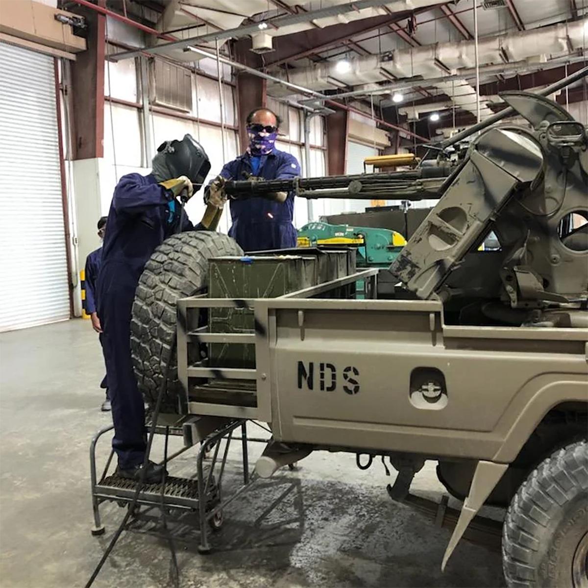 Thợ quân khí hàn nòng pháo và vô hiệu hóa tổ hợp ZPU-2 trên chiếc xe bán tải tại căn cứ Fort Bragg hồi tháng 9. Ảnh: US Army.