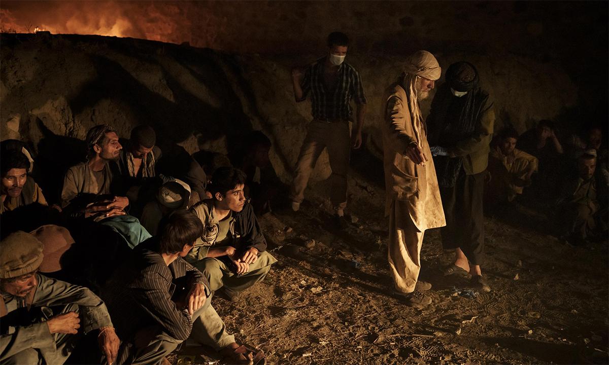 Thành viên Taliban khám xét người nghiện tại một đòn cảnh sát trước khi đưa họ tới cơ sở cai nghiện ở thủ đô Kabul, Afghanistan ngày 1/10. Ảnh: AP.