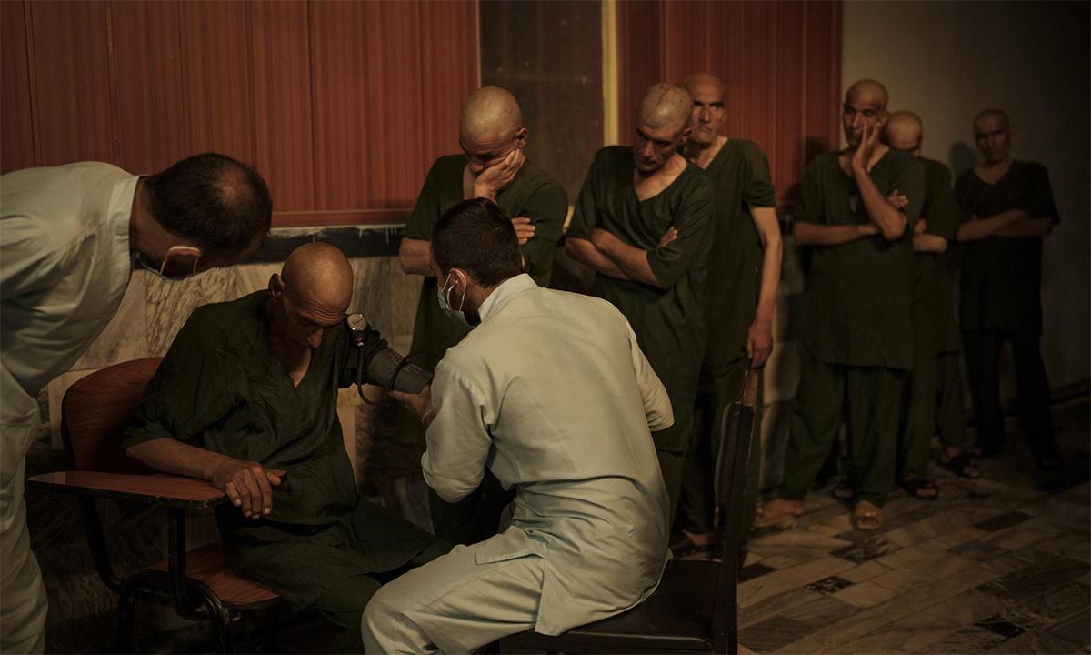 Các bác sĩ kiểm tra sức khỏe của người nghiện tại bệnh viện Avicenna ở  Kabul, Afghanistan ngày 1/10. Ảnh: AP.