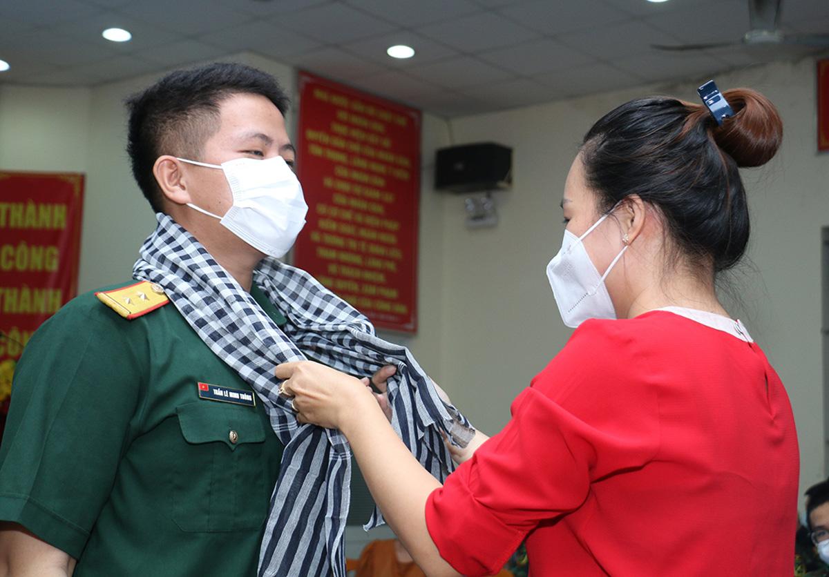 UBND phường 1, quận Bình Thạnh tặng khăn rằn kỷ niệm cho quân nhân hỗ trợ chống dịch. Ảnh: Hà An