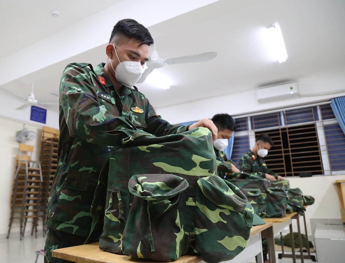 Các chiến sĩ Sư đoàn 9 sắp xếp đồ đạc chuẩn bị về đơn vị sau hơn một tháng chi viện TP HCM chống dịch, tối 6/10. Ảnh: Đình Văn