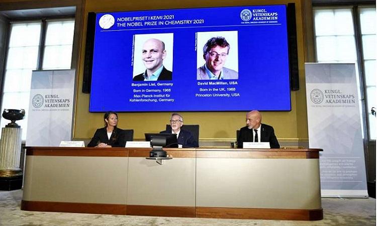 Goran K Hansson, Thư ký của Viện Hàn lâm Khoa học Hoàng gia Thụy Điển công bố nghiên cứu đoạt giải Nobel Hóa học. Ảnh: AP
