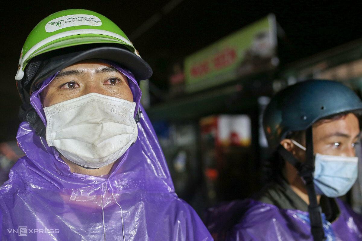Người dân từ các tỉnh phía Nam chạy xe máy về quê, qua hầm đèo Hải Vân, tối 6/10. Ảnh: Nguyễn Đông