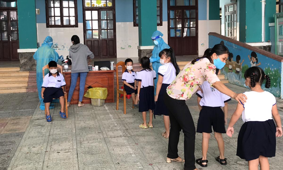 Học sinh trường Tiểu học Thạnh An được xét nghiệm Covid-19, chuẩn bị đến trường, ngày 7/10. Ảnh: Tiểu học Thạnh An