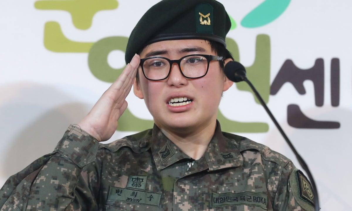 Binh sĩ chuyển giới Byun Hee-soo tại cuộc họp báo ở Seoul, Hàn Quốc tháng 1/2020. Ảnh: AFP.
