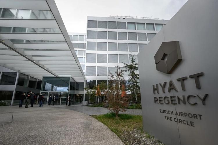 Cảnh sát Thụy Sĩ đứng bên ngoài khách sạn Hyatt ở sân bay Zurich, nơi các quan chức hàng đầu của Mỹ và Trung Quốc hội đàm hôm 6/10. Ảnh: AFP.