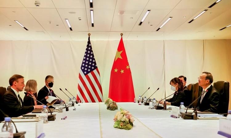 Phái đoàn Mỹ (bên trái) và Trung Quốc trong cuộc hội đàm tại Zurich, Thụy Sĩ, ngày 6/10. Ảnh: Xinhua.
