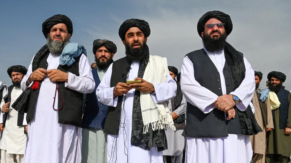 Phát ngôn viên Taliban Zabihullah Mujahid (giữa) trả lời báo chí tại sân bay Kabul, Afghanistan hồi tháng 8. Ảnh: AFP.