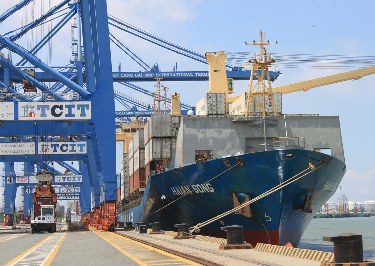 Tàu hàng tại cảng Cái Mép. Ảnh: Anh Duy.